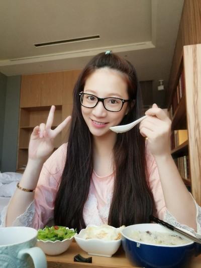 素顏還是正!林采緹紅潤臉吃月子餐「心情好」