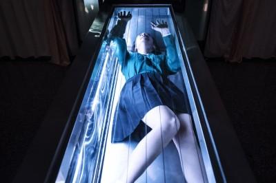 女星躺冰櫃演大體 驚恐「有被掐住喉嚨的感覺」