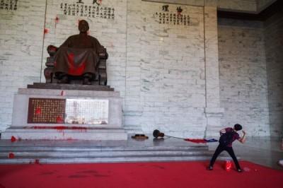 中正紀念堂潑漆事件  文化部籲:有形無形銅像皆透過對話從法律面轉型