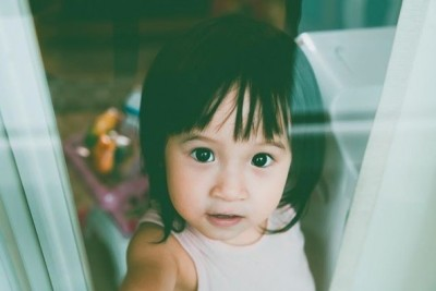 方志友2歲女肉肚掉出來 發現遭偷拍害羞反應萌炸