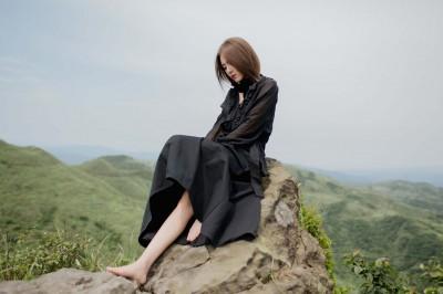 女歌手赤腳站懸崖邊唱歌 懼高症發作險崩潰
