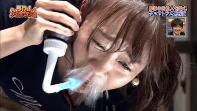 女偶像慘遭扯鼻毛 痛到臉變形認不出