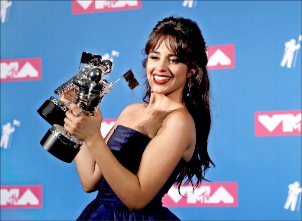 MTV音樂錄影帶大獎 翹臀珍霸氣熱舞 21歲卡蜜拉雙料大贏家 亞莉安娜曬恩愛