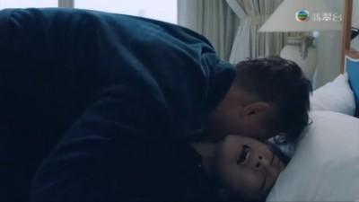 女星被摸大腿強吻 強姦戲自爆「濕透了」