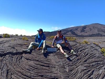 節目主持人攀火山口  驚險遭導遊制止
