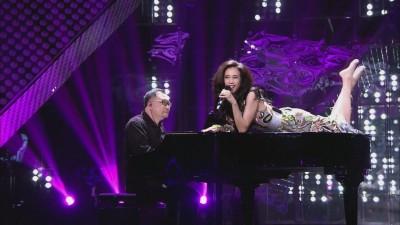 金曲歌后爬上鋼琴耍騷 高唱《環珠格格》經典歌