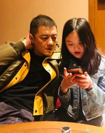 王菲12歲愛女登雜誌封面 網驚「根本是李亞鵬」