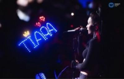唱太嗨!女歌手台上脱奶罩