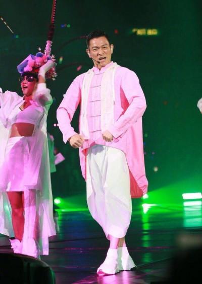 劉德華6歲女兒首度曝光!爆肌放送任女舞者摸胸