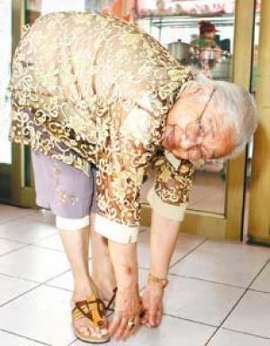 阿匹婆以90歲高齡示範彎腰、雙手觸地,令眾人驚嘆。(資料照,記者臺大翔攝)