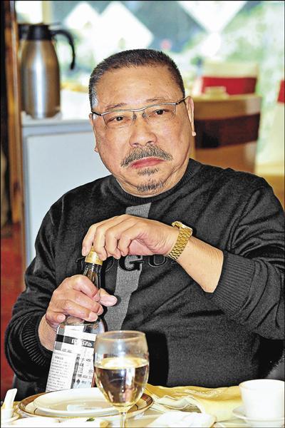 75歲金馬影帝「勇伯」陳松勇不改豪氣,狂飲高粱。(台視提供)(喝酒不開車)