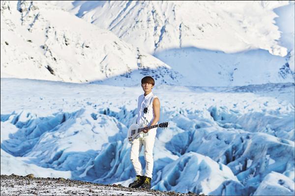 吳克群暌違3年再發片,砸8百萬赴冰島、倫敦拍攝,搏命站上冰川。(華納提供)