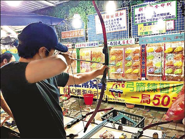 王力宏在夜市玩射箭。(取自臉書)