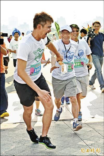 吳定謙(左)首次跟吳念真一起路跑,父子接力,他笑說爸爸是「老先生」。(記者胡舜翔攝)