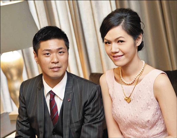 李坤儀(右)與趙贊凱訂婚很開心。(李坤儀提供)