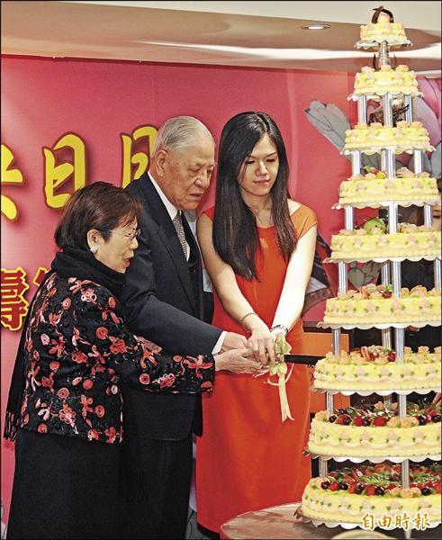李坤儀(右)是前總統李登輝(中)的寶貝孫女,暱稱她為「巧巧」。(資料照,記者劉信德攝)