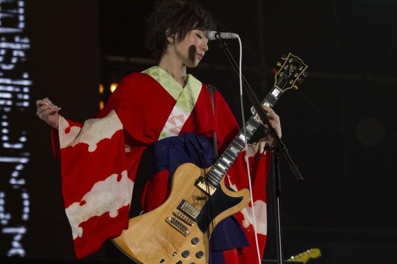 ギターを弾く椎名林檎