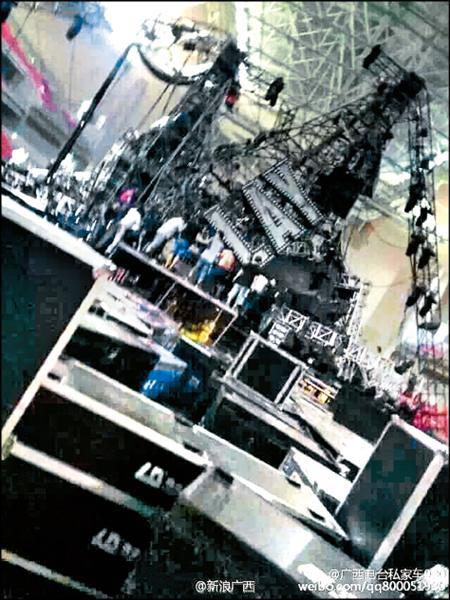 蔡依林週六將在中國廣西開唱,昨天舞台燈架坍塌,現場一片混亂。(翻攝自微博)