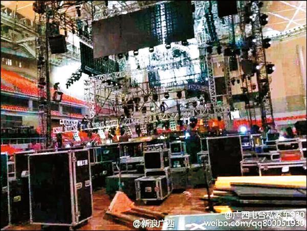 昨天廣西舞台燈架坍塌釀1死10餘傷。(翻攝自微博)