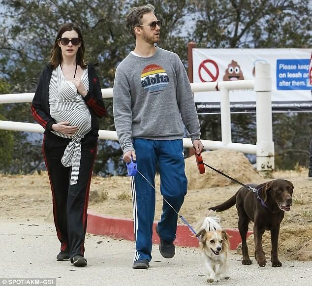 Anne Hathaway Jonathan: 安海瑟薇抱兒散步 網友嚇:又懷孕?