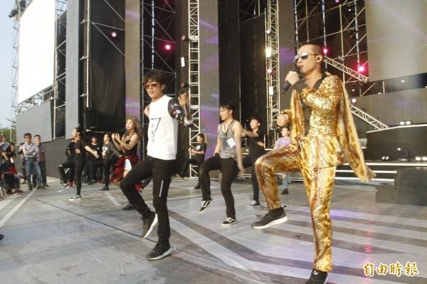 藝人團體「浩角翔起」參加台南心時代跨年晚會,與舞者進行彩排。(記者林孟婷攝)