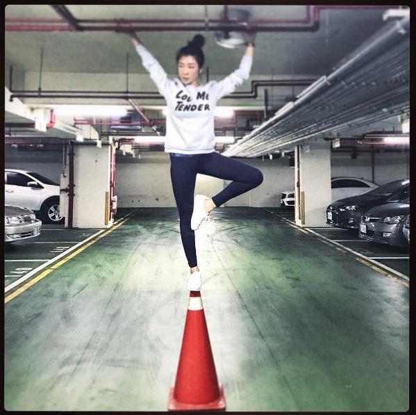 KIMIKO上傳了這張照片並且打上:「你一定猜不到我等等會幹嘛」、「有經過停車場管理室同意」。(圖擷自dancekimiko_instagram)