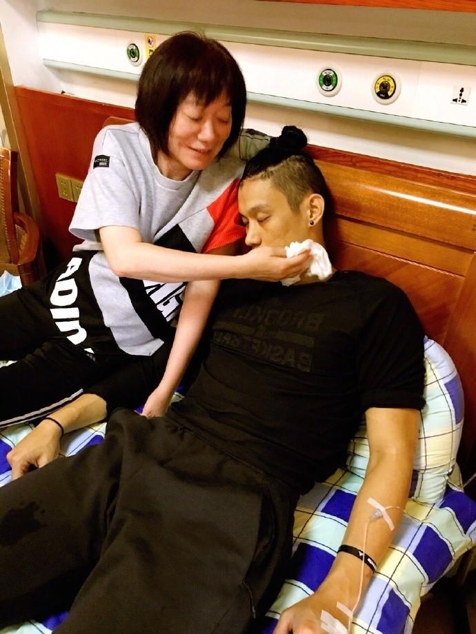 林書豪食物中毒進醫院 一路上緊牽媽媽的手