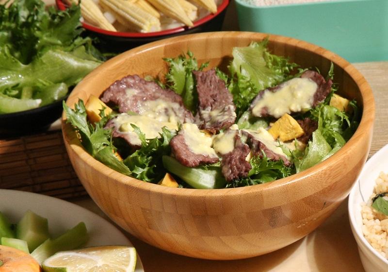 健身食譜 · 烤牛肉沙拉佐檸檬優格醬