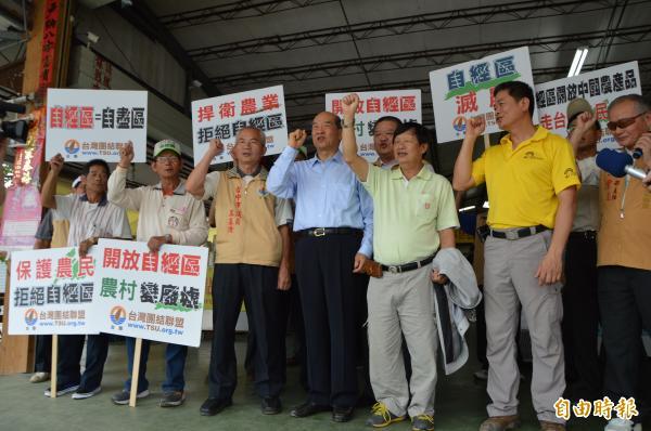 台聯主席黃昆輝(圖中)拜訪菇農,強調自經區是毀農滅農之舉。(記者張瑞楨攝)