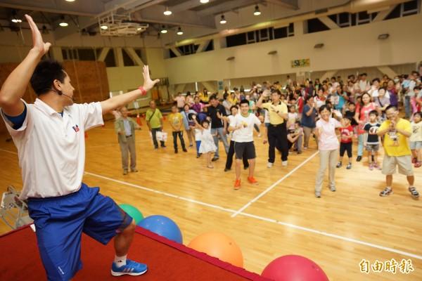 育成基金會舉辦大手牽小手歡喜回娘家活動,在老師帶動下,全場跳起左左右右招牌舞蹈。(記者陳炳宏攝)