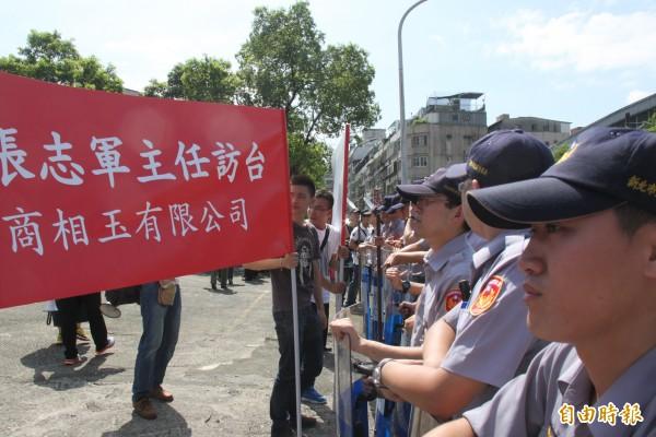 警方利用盾牌將雙方人馬隔開(記者林欣漢攝)