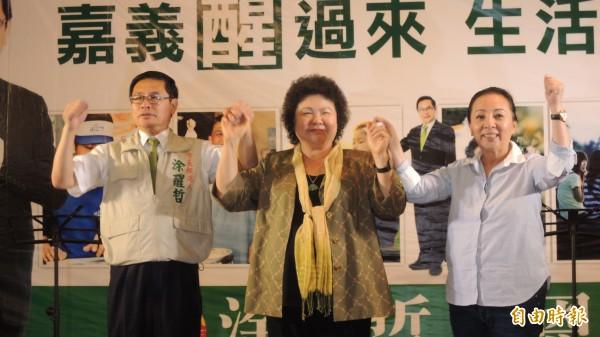 高雄市長陳菊(中)今天中午出席嘉義市長參選人涂醒哲(左)募款餐會,嘉義縣長張花冠(右)也到場相挺。(記者丁偉杰攝)