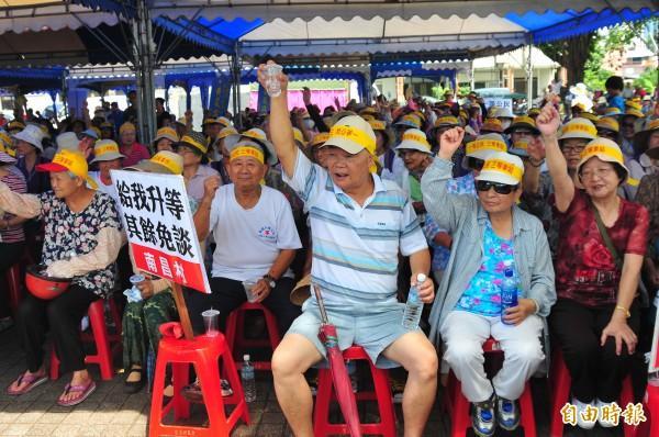 吉安鄉的阿公阿嬤被動員到場抗議,頭戴「一等公民、三等車站」黃布條,高喊「我要普悠瑪」!(記者花孟璟攝)