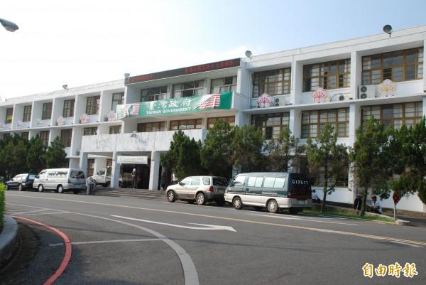 台灣政府在台灣省府大樓外牆懸掛寫有台灣政府字樣的布條。(記者陳鳳麗攝)