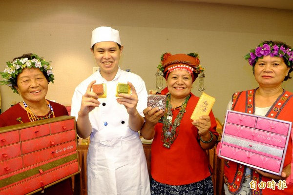 喜憨兒庇護工廠師傅昂昂,已經考取國家烘焙丙級證照,對這次可以跟部落阿嬤合作,昂昂說這是一件快樂的事。(記者陳炳宏攝)
