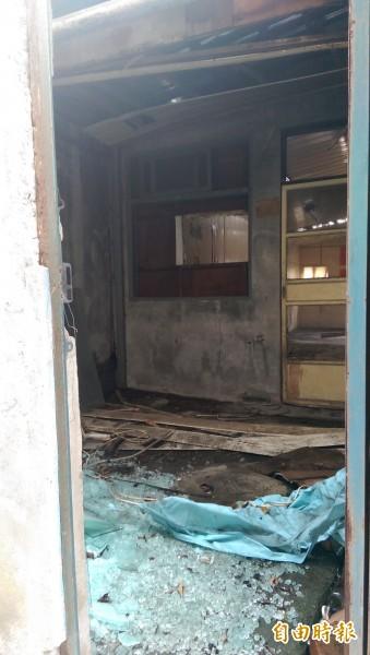 舊廈門派出所,閒置4年內部殘破不堪,後門一推開,屋板塌落,滿地碎玻璃。(記者葉冠妤攝)