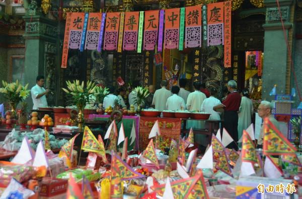 東港朝隆宮舉行中元普度,不但有葷食也有素食,讓吃素的好兄弟也有東西吃。(記者葉永騫攝)