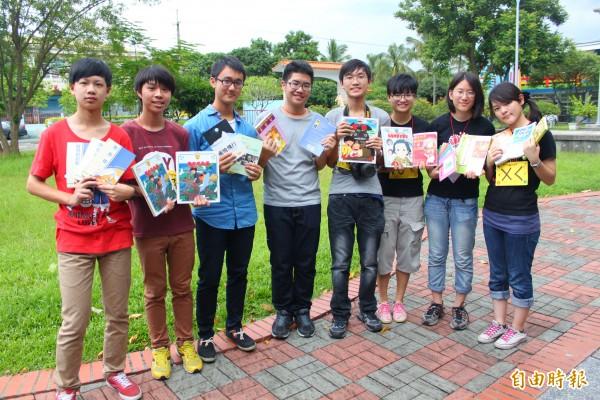 雄中學生徐胤豪(左四)與同學發起募集二手書活動,供偏遠地區小學生閱讀。(記者陳祐誠攝)