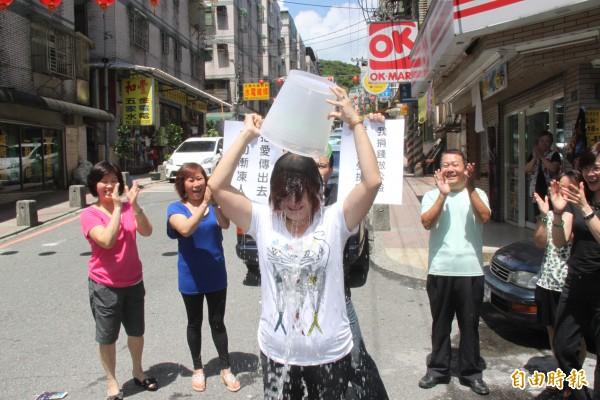 基隆市副議長宋瑋莉響應ALS冰桶挑戰。(記者林欣漢攝)