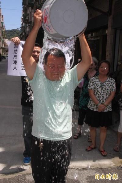 和慶里長葉錦地被宋瑋莉當場指名,立即下場淋水。(記者林欣漢攝)