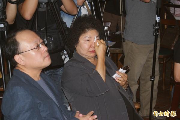 《阮的故鄉.高雄》首映會,陳菊邊聽歌邊拭淚。(記者黃佳琳攝)