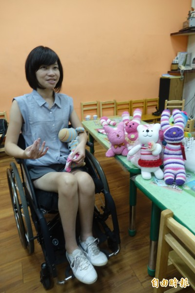 長腿美女李蕙伊在遭逢車禍必須以輪椅代步後,如今投入襪子娃娃創作。(記者劉曉欣攝)