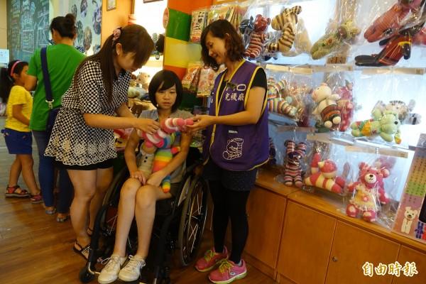 長腿美女李蕙伊在遭逢車禍必須以輪椅代步後,在樂活觀光襪廠支持下,投入襪子娃娃創作。(記者劉曉欣攝)