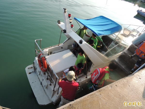 學童們必須每日不畏風浪搭乘遊艇上下課。(記者劉禹慶攝)
