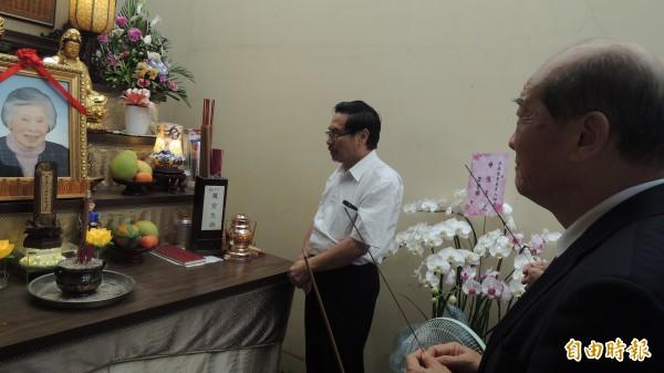 台聯黨主席黃昆輝(右)今天前往民進黨嘉義市長參選人涂醒哲住處弔唁涂母涂侯彩娥。(記者丁偉杰攝)