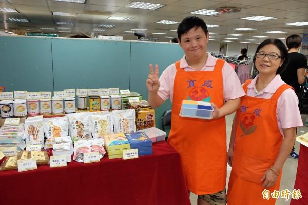 經過訓練的憨兒,也在今天義賣活動中努力推銷餅乾。(記者陳炳宏攝)