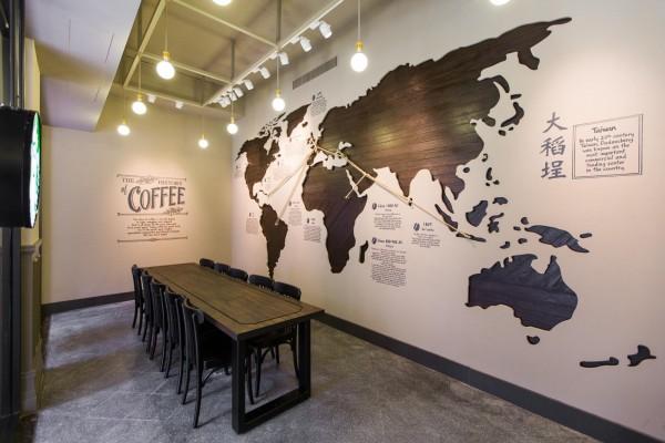 今日開幕的星巴克大稻埕保安門市,一樓牆面上特別將大稻埕標註在世界地圖中(圖由統一星巴克提供)