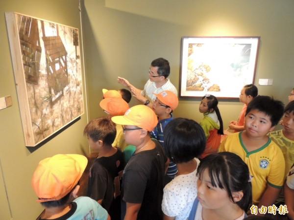 台中市港區藝術中心昨起舉辦「丹青風華-膠彩藝術特展」,並請來台中教育大學美術系教授高永隆為學童導覽解說。(記者歐素美攝)
