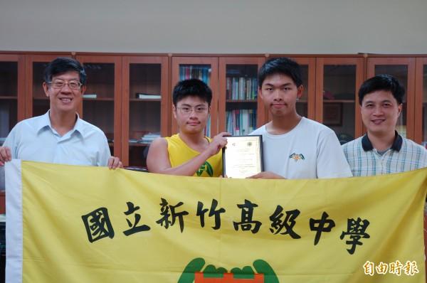 新竹中學校長許明文(左一)恭喜學生黃兆源(左二)、林翔(又二)與指導老師曾聖超(右一)勇奪世界冠軍。(記者蔡彰盛攝)