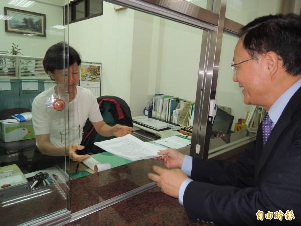 國民黨立委丁守中(右)帶朝野立委連署書聲請釋憲。(記者項程鎮攝)